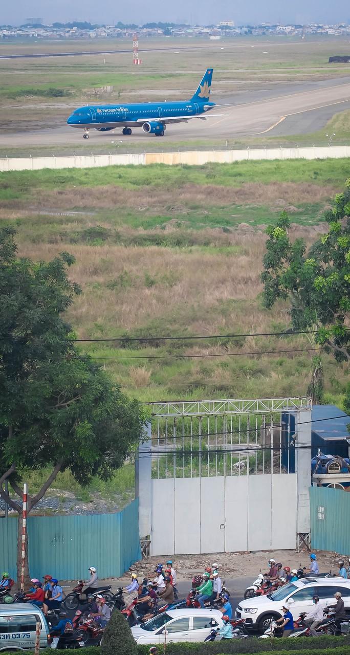 Đồng loạt xả hàng trước ngày trả đất quốc phòng ở Tân Sơn Nhất - Ảnh 1.