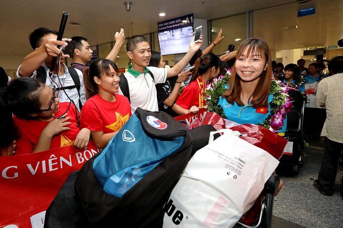 Ngày về rạng ngời của tuyển bóng đá nữ Việt Nam - Ảnh 18.
