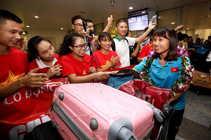 Ngày về rạng ngời của tuyển bóng đá nữ Việt Nam - Ảnh 19.
