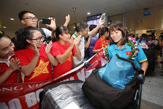 Ngày về rạng ngời của tuyển bóng đá nữ Việt Nam - Ảnh 21.