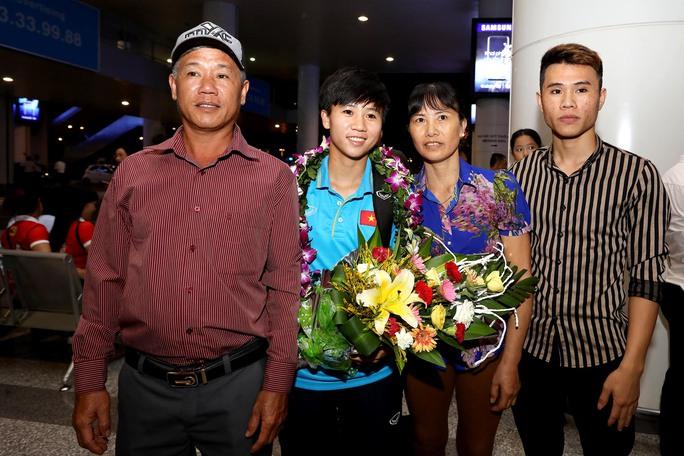 Ngày về rạng ngời của tuyển bóng đá nữ Việt Nam - Ảnh 15.