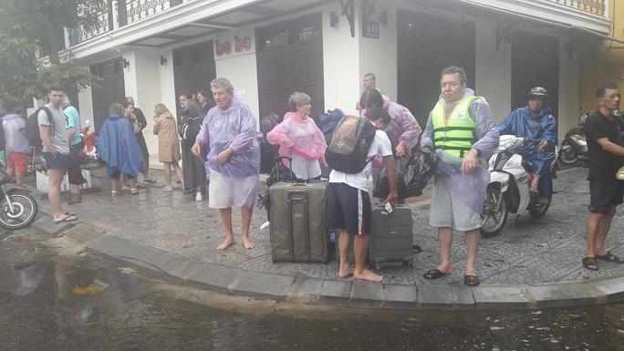 Miền Trung: Nhiều nơi còn ngập chìm trong nước, cô lập - Ảnh 10.