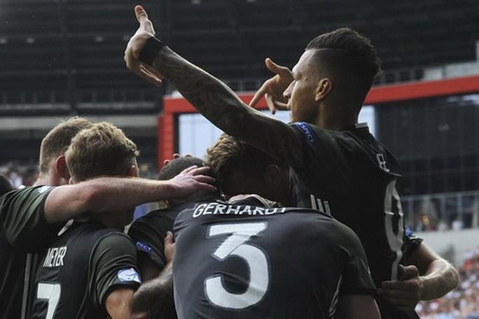 Giấu bí kíp trong vớ, thủ môn U21 Đức loại tuyển Anh ở loạt đá penalty - Ảnh 8.