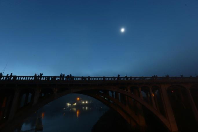 Chiêm ngưỡng nhật thực toàn phần tại Mỹ - Ảnh 4.
