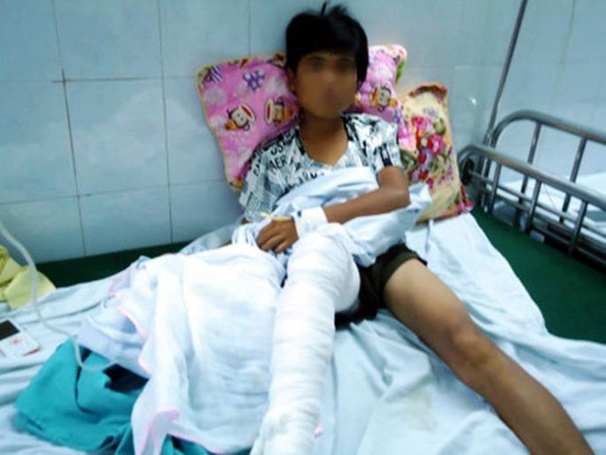 Trèo tường rào, nam sinh 13 tuổi bị hổ vồ trúng chân - Ảnh 2.