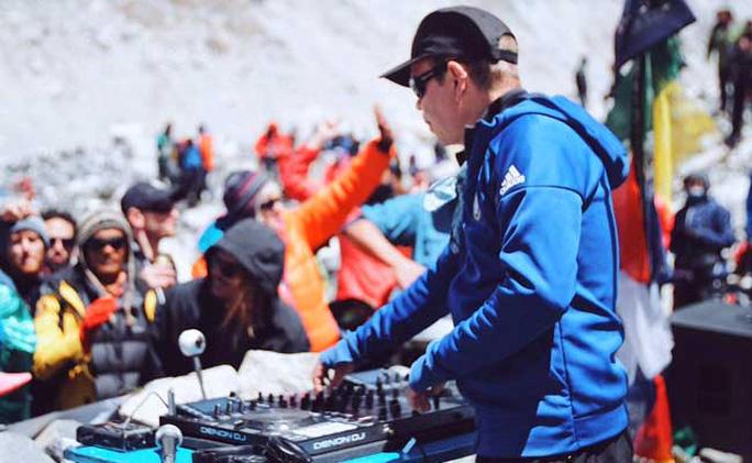 DJ hàng đầu Oakenfold, 53 tuổi, trổ tài trên Everest