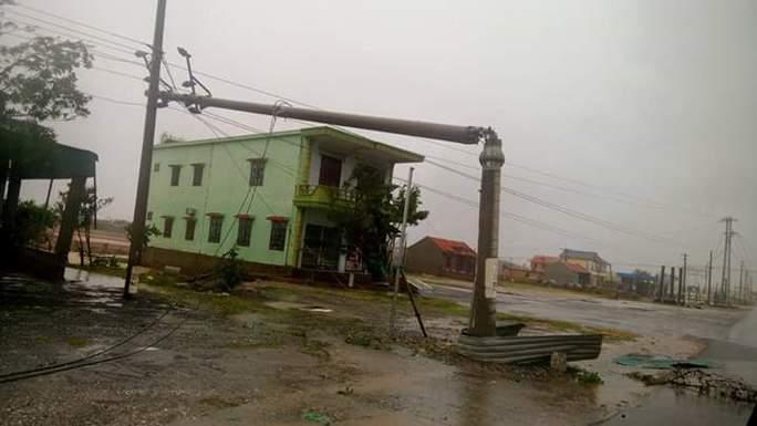 Cận cảnh trường học tan hoang, nhà cửa đổ nát sau bão - Ảnh 4.