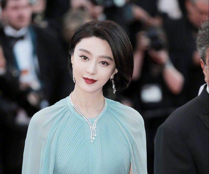Nữ diễn viên xin lỗi vì diện đầm quốc kỳ tại Cannes - Ảnh 3.