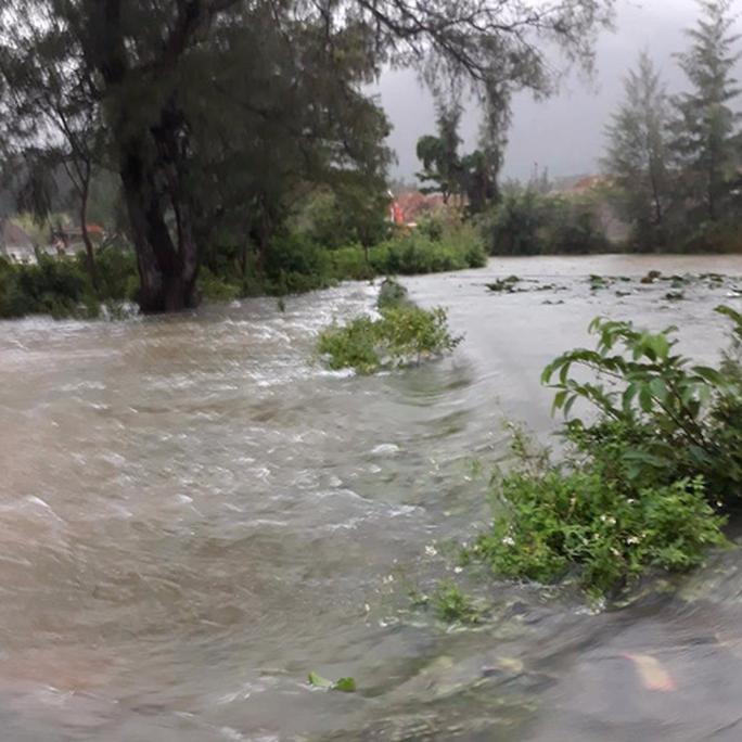 Áp thấp tiến vào, Côn Đảo bị ngập trong mưa lớn - Ảnh 4.