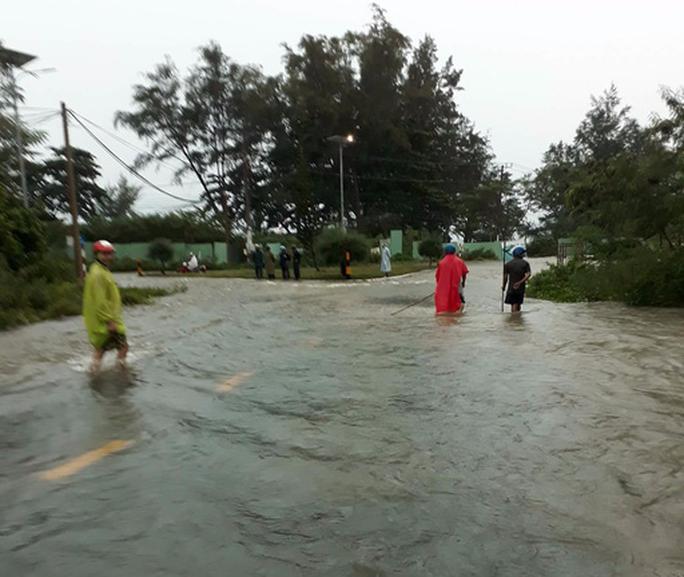 Áp thấp tiến vào, Côn Đảo bị ngập trong mưa lớn - Ảnh 2.