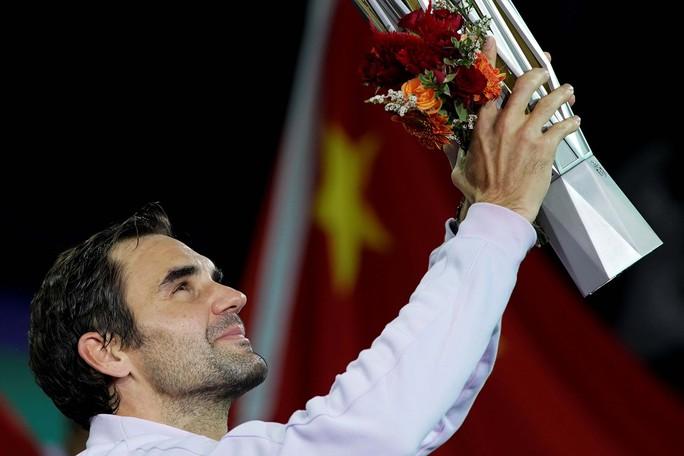 Vô địch Thượng Hải Masters, Federer thật già mà gân! - Ảnh 1.