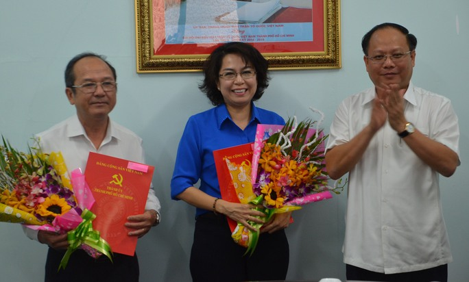 Phó Bí thư Thường trực Thành ủy TP HCM Tất Thành Cang (phải) trao quyết định cho bà Tô Thị Bích Châu và ông Nguyễn Hoàng Năng