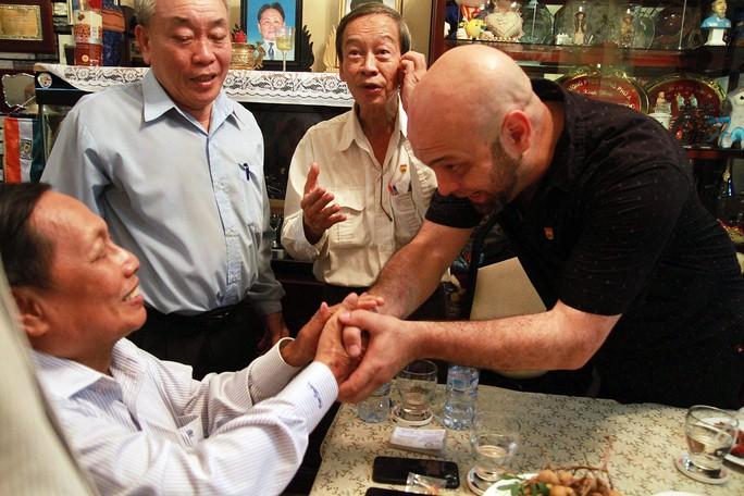 Ông Flores chỉ muốn bắt tay võ sư Huỳnh Tuấn Kiệt - Ảnh 1.