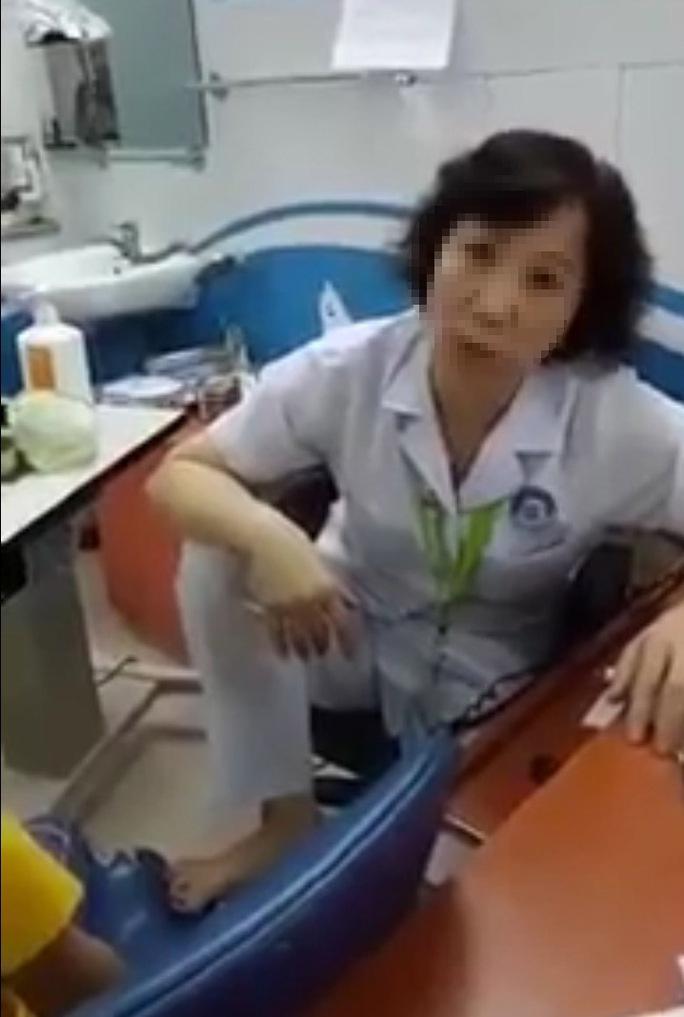 Bác sĩ gác chân lên ghế đối thoại với bệnh nhân bị hạ thi đua do chỉ vô ý - Ảnh 1.