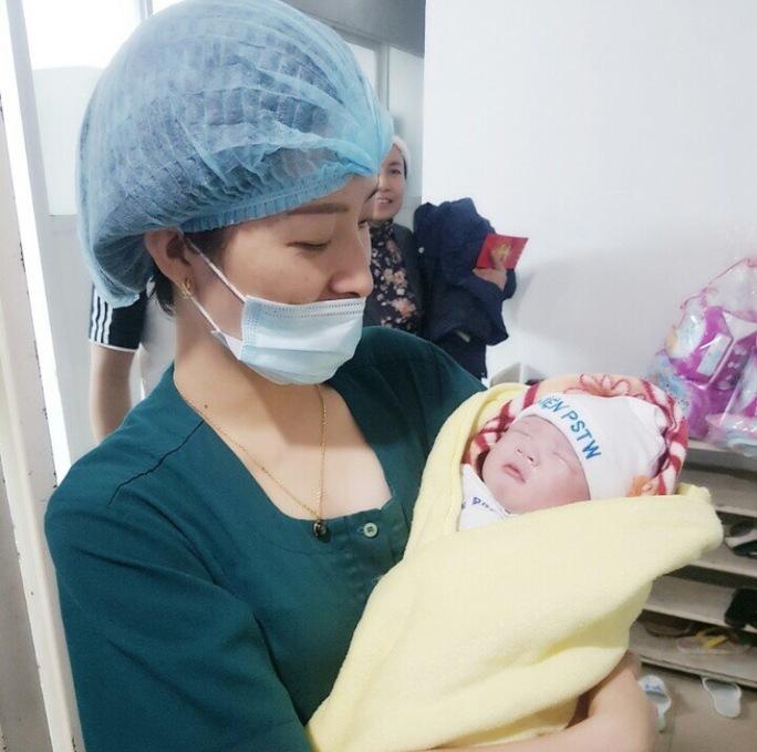 Cháu bé chào đời tại Bệnh viện Phụ sản Trung ương vào đúng thời khắc giao thừa năm 2017