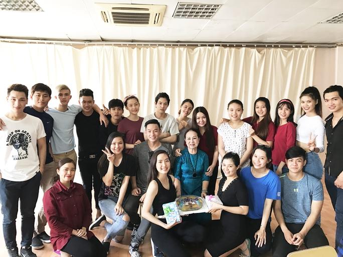 NSƯT ca sĩ Hồng Vân và các học trò tại Trường ĐH Sân khấu Điện ảnh TP HCM