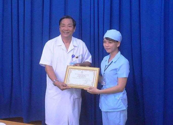 Hộ lý Dân nhận giấy khen của Bệnh viện đa khoa tỉnh Khánh Hòa