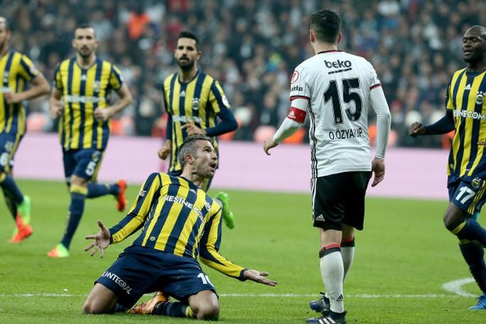 Van Persie chọc tức đồng đội cũ của mình ở Arsenal sau khi ghi bàn thắng cho Fenerbahce
