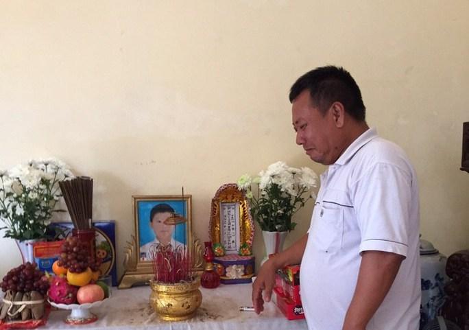 Gia đình đau buồn vì cho rằng em Chinh không được bác sĩ cho chuyển viện sớm nên bệnh tình diễn biến nặng dẫn đến tử vong