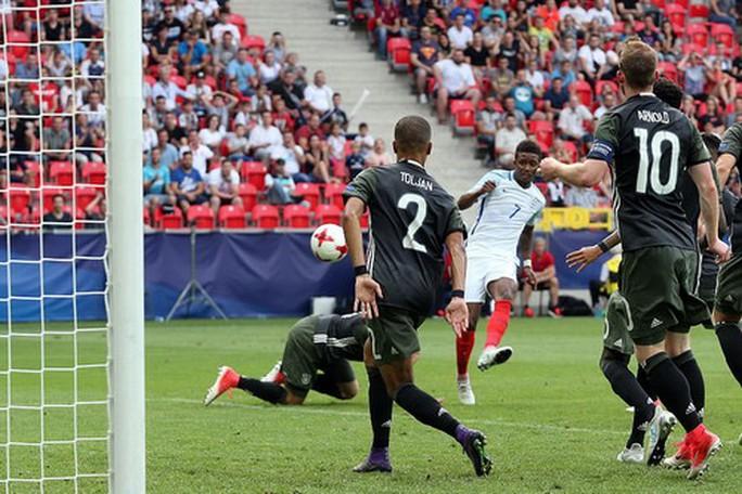 Giấu bí kíp trong vớ, thủ môn U21 Đức loại tuyển Anh ở loạt đá penalty - Ảnh 6.