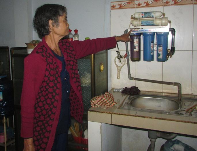Bà Phạm Thị Thìn cho rằng nước đã được lọc qua máy, hàng ngày vẫn dùng nên ghi ngờ có người bỏ thuốc cỏ vào can nước trong lúc làm rẫy