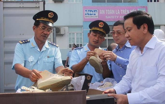 Hải quan lên tiếng vụ bắt giữ lô hàng giày Converse, nước hoa nổi tiếng - Ảnh 1.