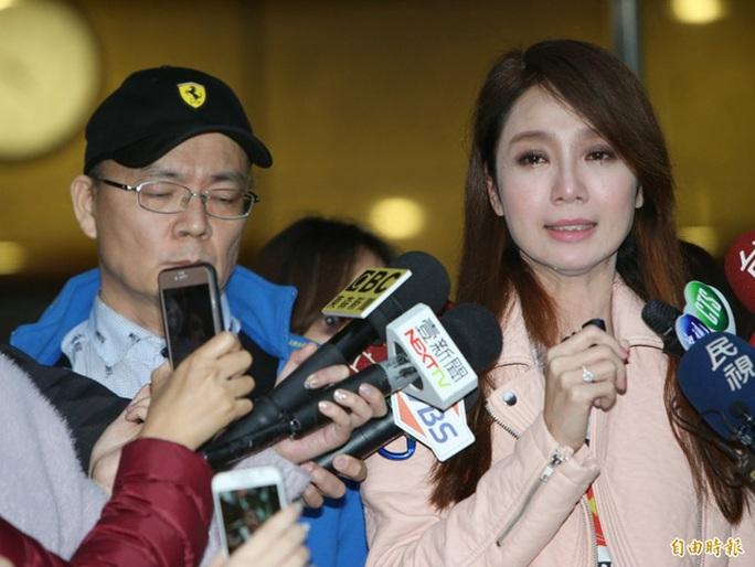 Helen Thanh Đào khóc thừa nhận nói dối trong buổi họp báo
