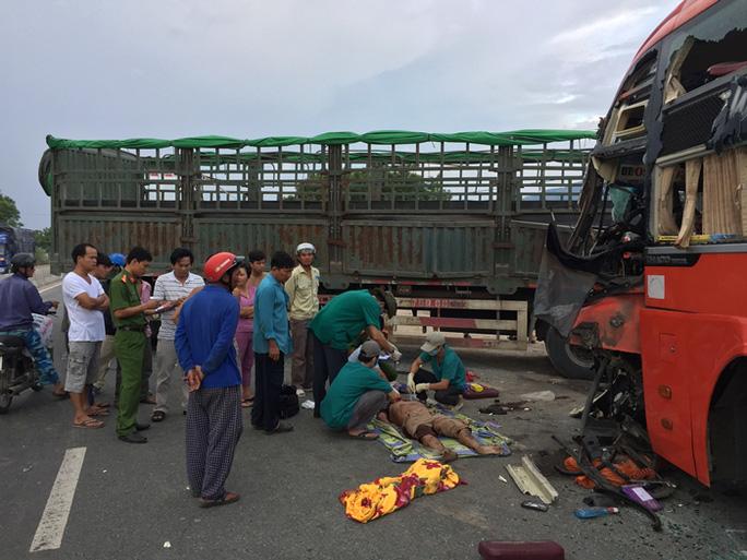 Xe khách tông xe tải, 3 người thương vong - Ảnh 1.