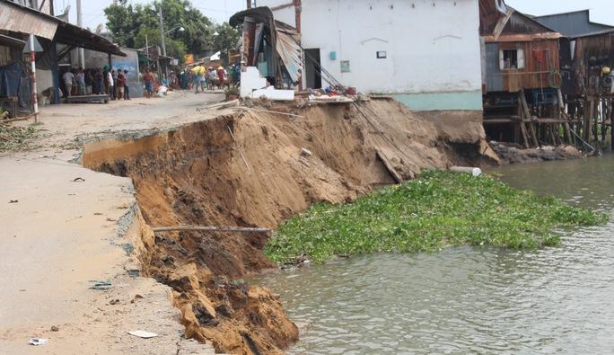 Hiện trường vụ sạt lở nuốt 14 căn nhà ở bờ sông Vàm Nao ngày 22-4. Ảnh: THỐT NỐT