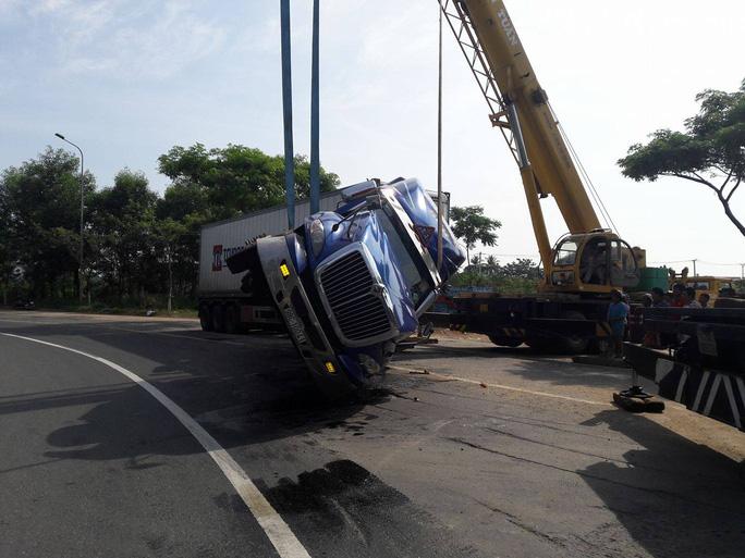 Tông đuôi xe tải, phụ xe khách tử nạn - Ảnh 4.