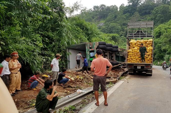 Thót tim với xe tải lơ lửng trên miệng vực đèo Bảo Lộc - Ảnh 1.
