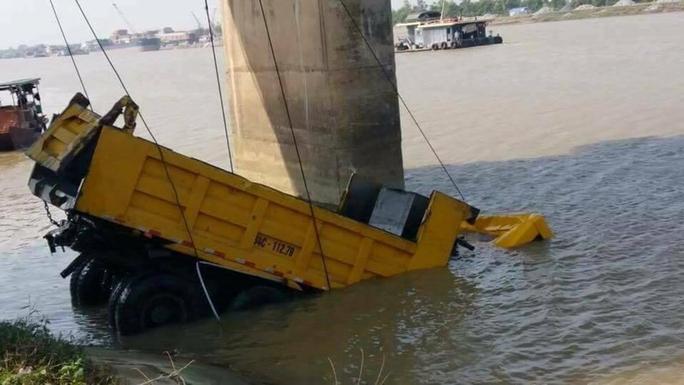 Va chạm trên cầu, xe ben tông chục mét lan can lao xuống sông - Ảnh 2.