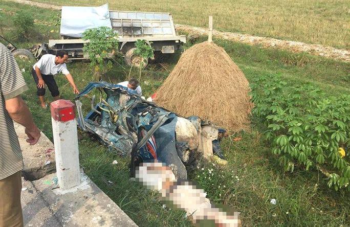Hai xe đấu đầu kinh hoàng, tài xế xe tải chưa rõ danh tính thi thể dập nát - Ảnh 1.