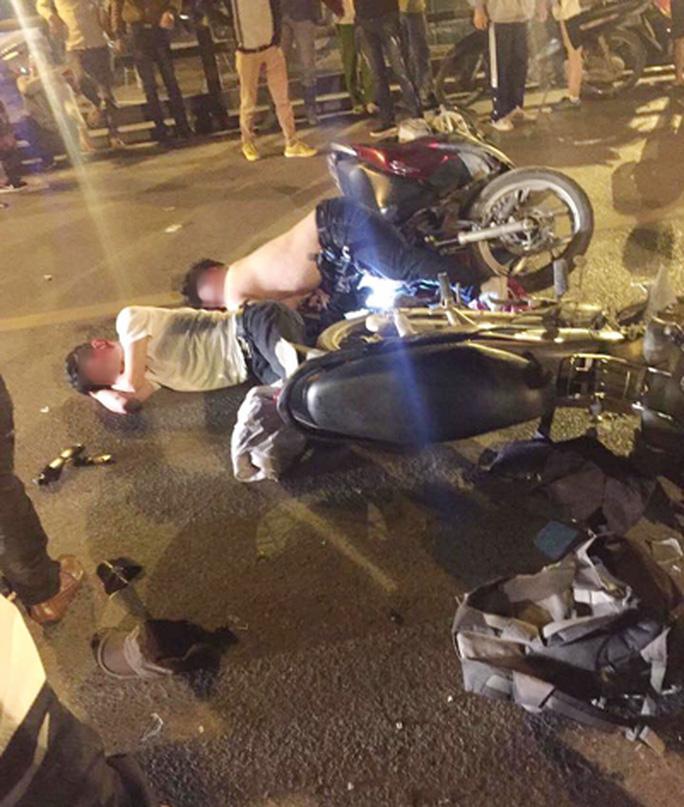 Xe máy tông nhau trên cầu vượt, 1 người chết, 2 bị thương - Ảnh 1.