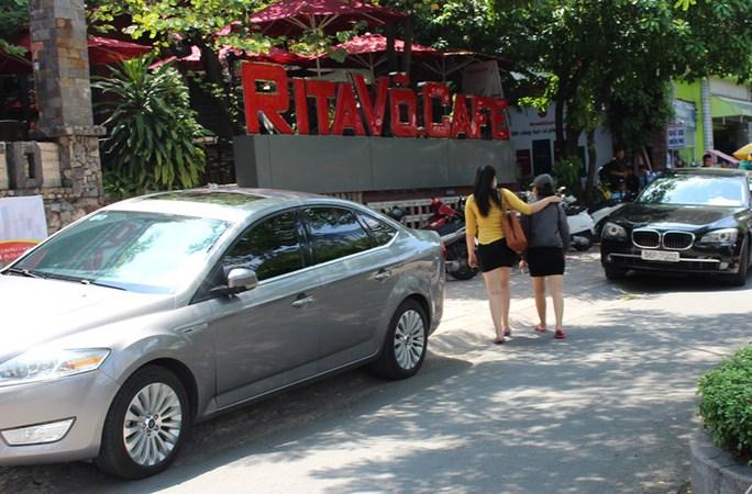 Cả tuần nay, nhiều quán cà phê, quán ăn trên đường Nguyễn Văn cừ, quận 5, TP HCM đã vô tư trưng dụng vỉa hè, lòng đường để đậu xe hơi.