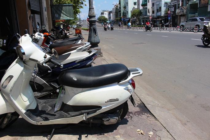 Còn đâu vỉa hè cho người đi bộ ở đường Nguyễn Văn Cừ?