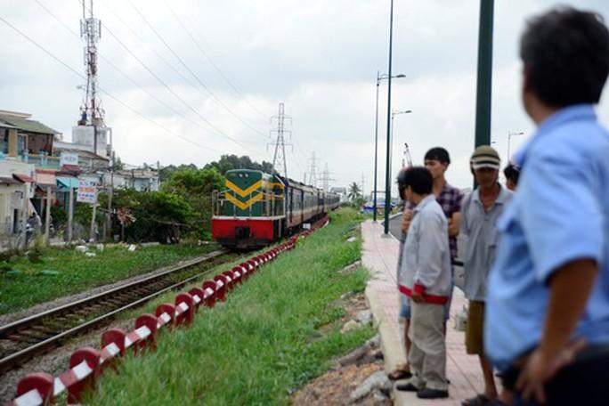 Đường sắt Bắc - Nam thông tuyến sau 10 ngày đứt đoạn do bão - Ảnh 1.