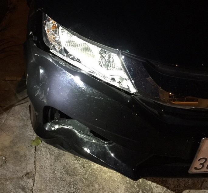 Chiếc xe do người khách nước ngoài điều khiển có vết hư hỏng trùng khớp với vụ tai nạn. Ảnh B.N