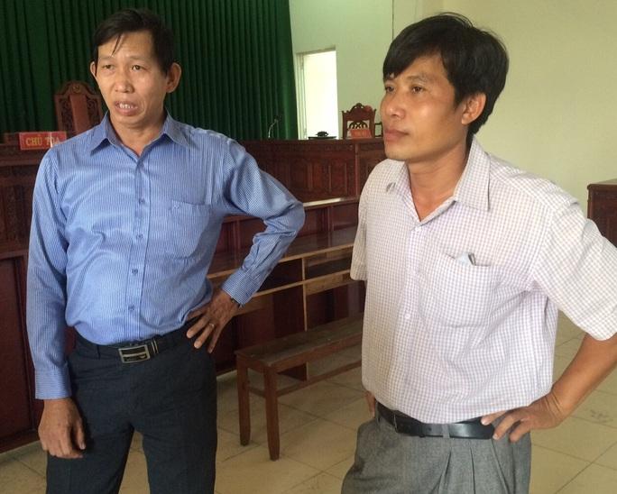 Ông Túy (bìa phải) cho rằng mức bồi thường trong bản án phúc thẩm vẫn chưa thỏa đáng