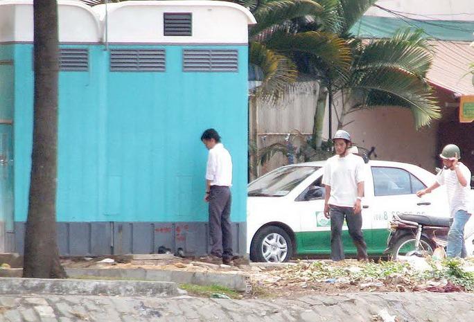 Một người dân vô tư tiểu bậy bên hông nhà vệ sinh công cộng Ảnh: Hoàng Triều