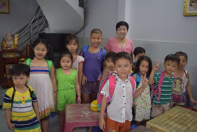 Cô Biết và các bé trong lớp học tình thương