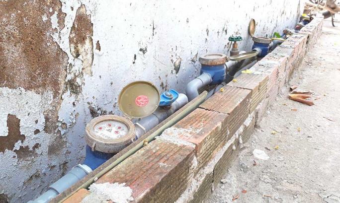 """Đồng hồ nước """"con"""" của gần chục hộ dân hẻm 672 Nguyễn Bình, ấp 1, xã Nhơn Đức, huyện Nhà Bè, TP HCM"""