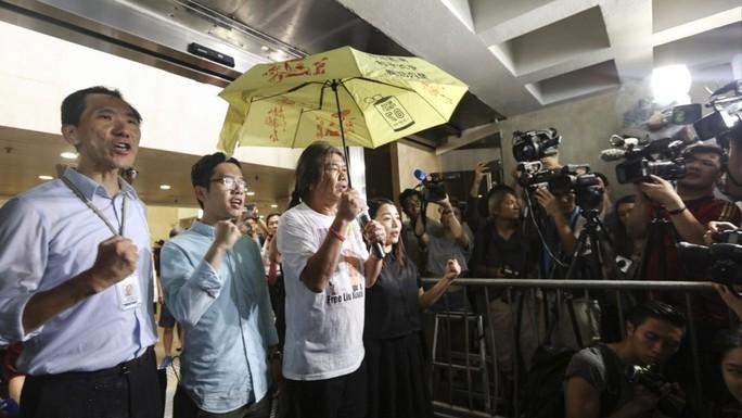 Hồng Kông: 4 nhà lập pháp đối lập bị bãi nhiệm - Ảnh 1.