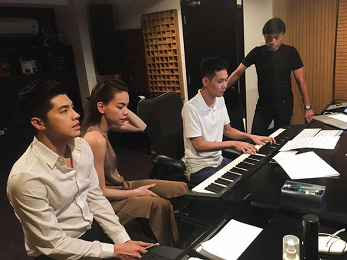 Nhạc sĩ Hoài Sa (thứ 2 từ phải sang) là nhà sản xuất âm nhạc nổi tiếng dù anh không phải người viết ca khúc