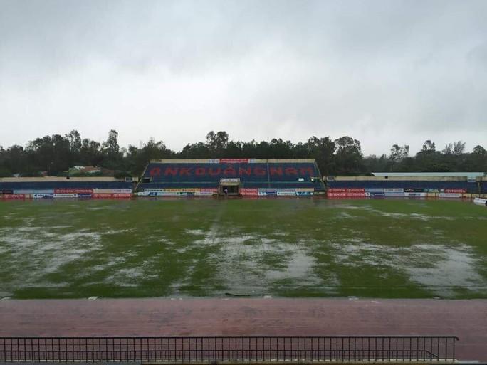 Hoãn trận Quảng Nam - Than Quảng Ninh, cầu thủ Khánh Hòa khóc sau bão - Ảnh 2.
