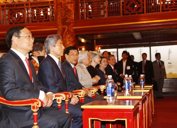Nhật hoàng và lãnh đạo chính quyền địa phương thưởng thức Nhã nhạc cung đình Huế. Ảnh; V.Nhân