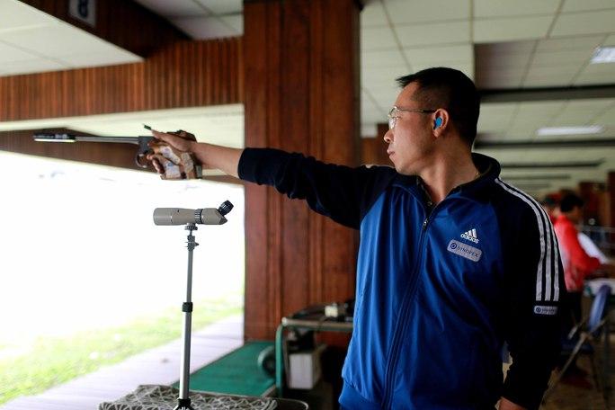Xạ thủ Hoàng Xuân Vinh trong phần thi chung kết 50 mét súng ngắn bắn chậm chiều 5-4