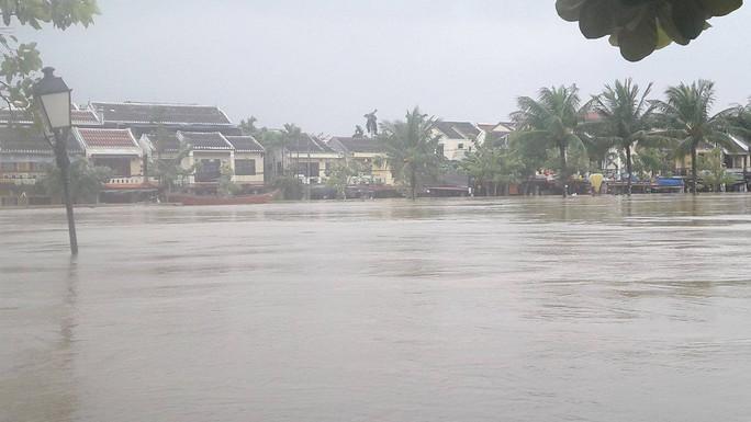 Miền Trung: Nhiều nơi còn ngập chìm trong nước, cô lập - Ảnh 11.