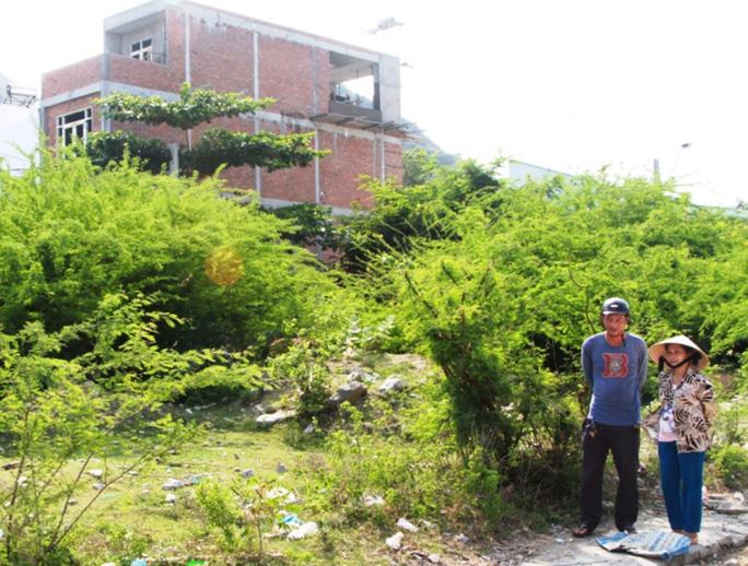 Ông Hưng phấn khởi xem lô đất mới để chuẩn bị cất nhà