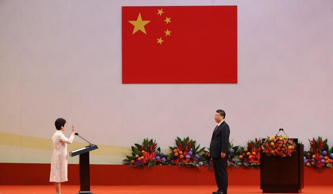 Hồng Kông có lãnh đạo mới, ông Tập cảnh báo cứng rắn - Ảnh 2.